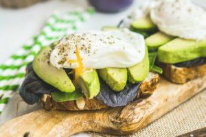 https://jeune-bienetre-magazine.fr/wp-content/uploads/2017/08/Avocado-Poached-Egg-Cress-Sandwich-300x200.jpg