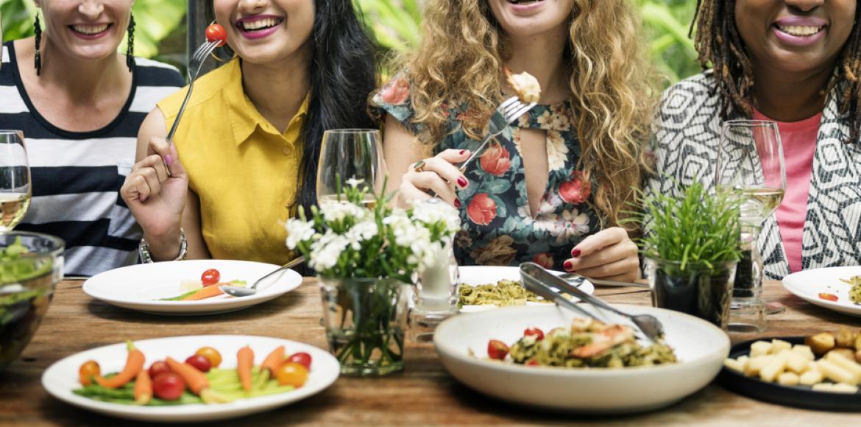 Manger en pleine conscience pourrait aider à perdre du poids